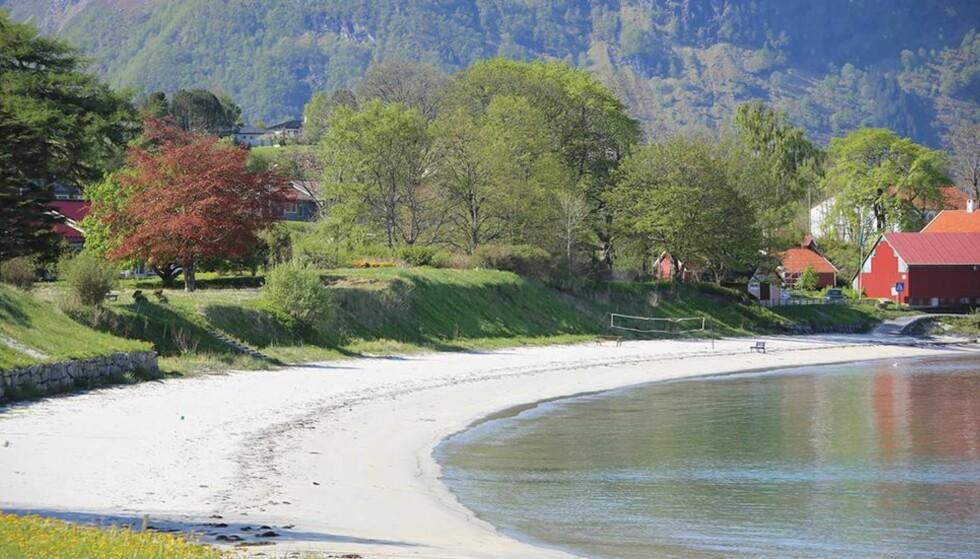 DYREST I NORGE: Seljesanden ligger i Selje i Sogn og Fjordane, og denne stranden ligger på 10. plass blant verdens dyreste strender, ifølge Travel Birds prisindeks. Foto: Tormod Flatebø.