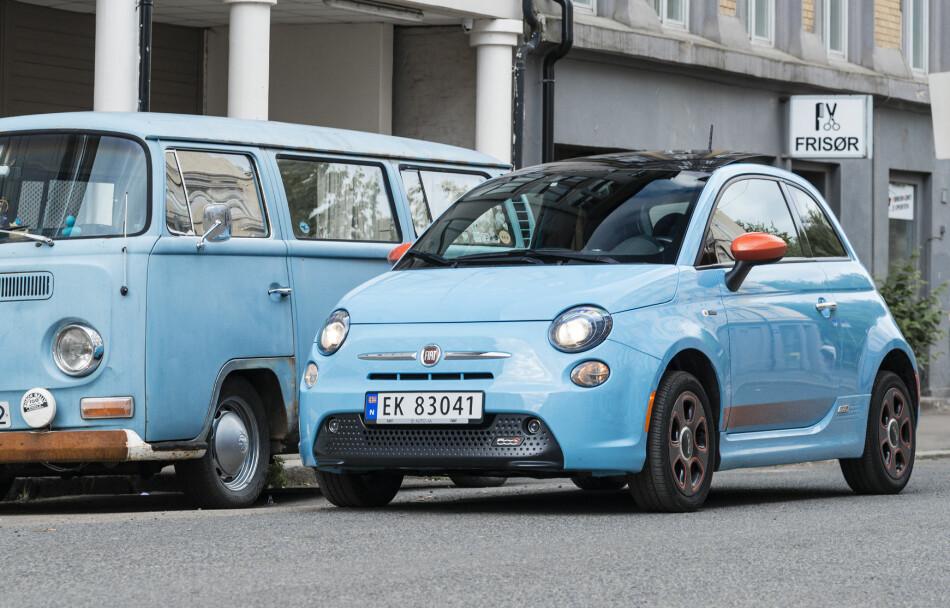 STOR OG TRANG: Småbilene er blitt større med åra. Fiat 500e får så vidt plass til fire mens den nesten like lille folkevognbussen fra 60-tallet fint rommer 9. Sikkerhet tar plass. Foto: Jamieson Pothecary