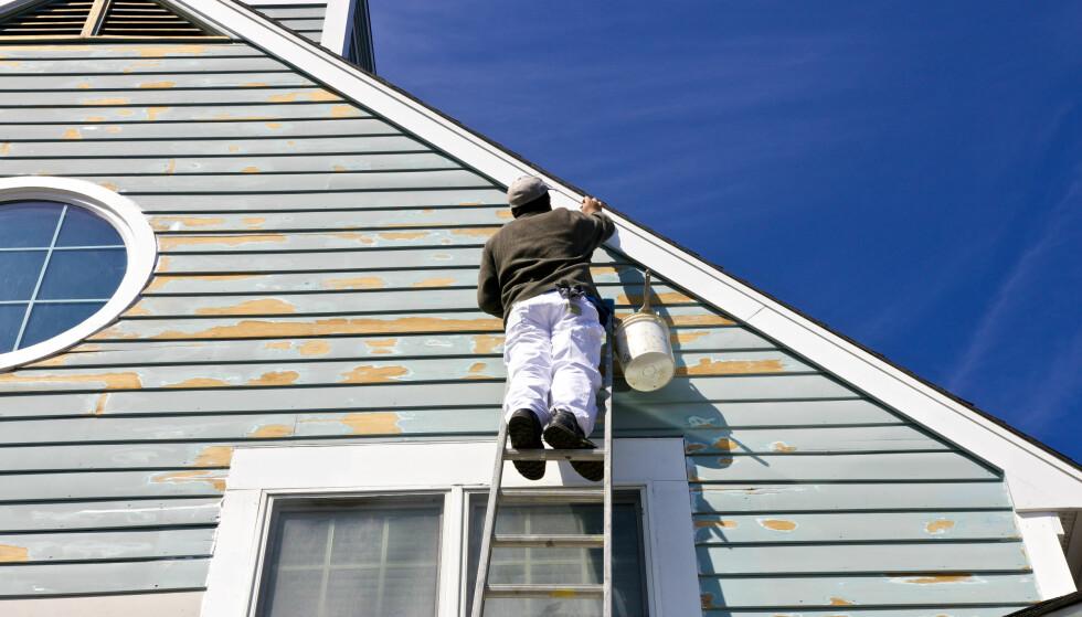 DYR AFFÆRE: Å betale svart for arbeid på for eksempel huset, kan bli dyrere enn du tror. Foto: NTB Scanpix