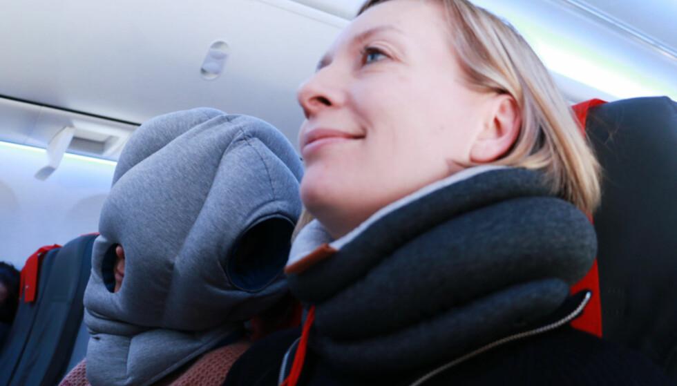 HVA ER BEST? Dinside har testet nakkeputer/reiseputer og andre innretninger som skal gjøre avslapping og soving på fly mer behagelig. Men det er ikke alle som fungerer etter intensjonen ... Foto: Hanna Sikkeland