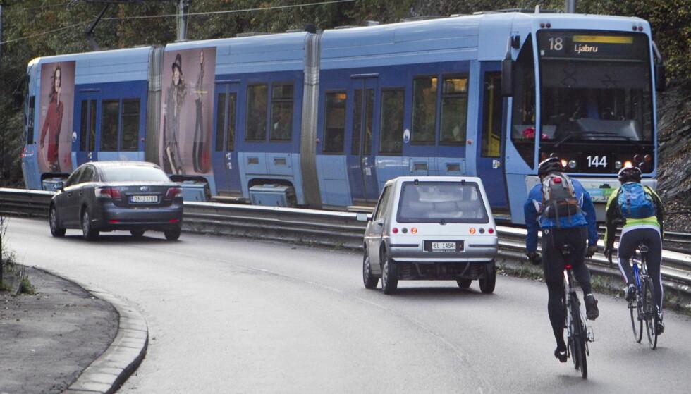 FORBY DEM? Artikkel-forfatteren ser med en skråblikk på syklistene i trafikken. Foto: Heiko Junge / Scanpix