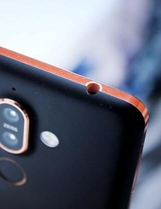 JØSS: Det er ikke mange mobiler nå om dagen som kjører hodetelefoninngang i toppen av mobilen. Men det gjør Nokia 7 Plus. Selv foretrekker vi å ha den i bunnen, men for vår del brukes den uansett bare som oppsamlingsplass for lommelo. Foto: Ole Petter Baugerød Stokke