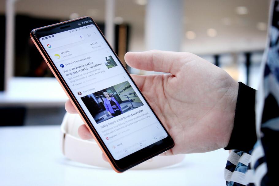 STOR: Lykke til med å rekke over hele denne skjermen med én hånd. Hovedproblemet med Nokia 7 Plus er likevel at den er større enn nødvendig, når den har større kanter enn konkurrentene sine. Foto: Ole Petter Baugerød Stokke