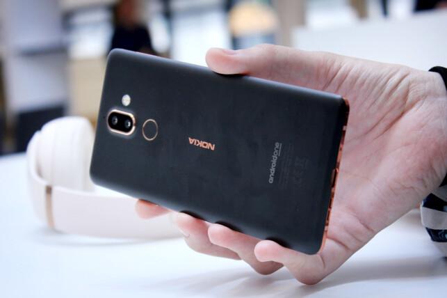 PEN: Nokia 7 Plus er en nydelig mobil. I våre øyne, i det minste, og helt objektivt skal den uansett ha for å tørre å satse på matt bakside, og unike detaljer. Foto: Ole Petter Baugerød Stokke