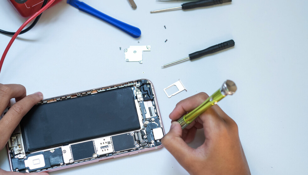 UAUTORISERT: Lar du andre enn et Apple-godkjent verksted tukle med telefonen din, risikerer du at Apple nekter deg ny reparasjon. I Australia har en føderal domstol nå slått fast at Apple ikke kan holde på slik. Foto: NTB Scanpix
