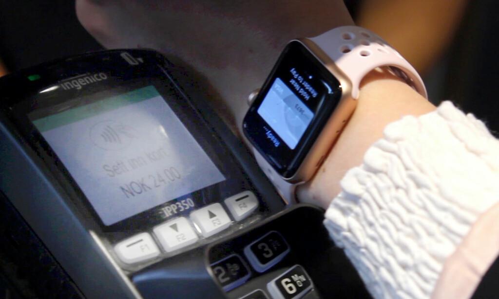 KORTLØS BETALING: Lei av å betale med bankkortet? Nå fungerer klokka eller mobilen like godt. Foto: Ole Petter Baugerød Stokke.