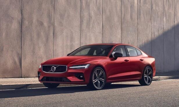 «SPORTSSEDAN»: Her ser vi nye Volvo S60 i R-Design-utførelse. Da rettferdiggjøres sportssedan-benevnelsen kanskje i større grad. Foto: Volvo