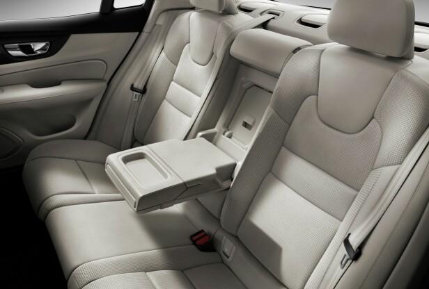 «COMFY»: Ut fra bildene ser det ut til at to personer kan trives godt i baksetene i S60. Foto: Volvo