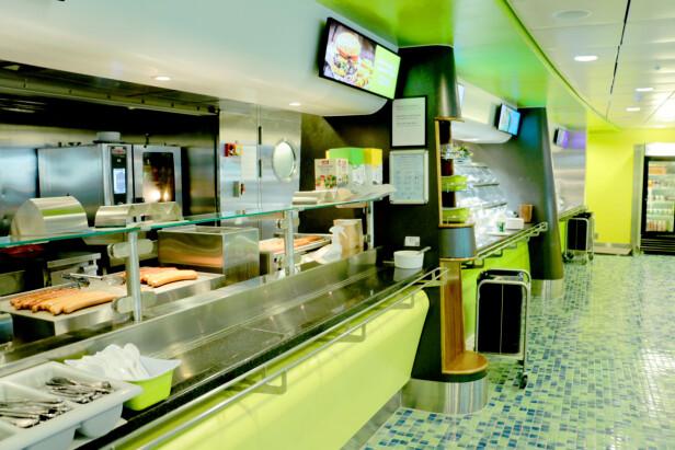 STOR CAFÉ PÅ COLOR LINES SUPERSPEED: Her får du mange kalde og varme retter - samt dagens middag. Foto: Kristin Sørdal