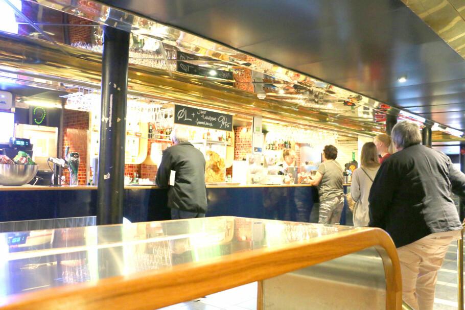PRISER PÅ DANSKEBÅTEN: Hva koster en drink, en kaffe eller en cognac i baren på danskebåtene? Og hva koster maten i restaurantene og caféene? Dinside har testet prisene på Stena Line på strekningen Oslo-Fredrikshavn og hos Color Line på strekningen Larvik-Hirtshals. Foto: Kristin Sørdal