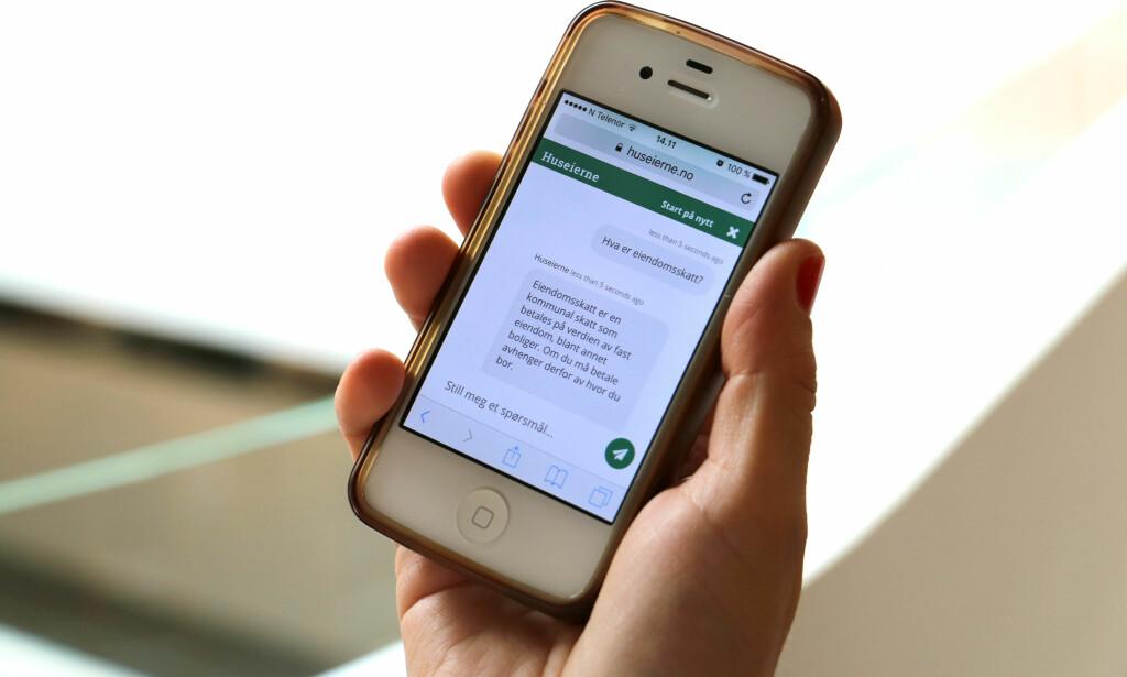 SVAR PÅ UNDER FEM SEKUND: Du kan stille chatboten til Huseiernes Landsforbund juridiske spørsmål om bolig, og du får svar raskt. Likevel finnes det tilfeller der du bør snakke med en ekte advokat. Foto: Eilin Lindvoll.