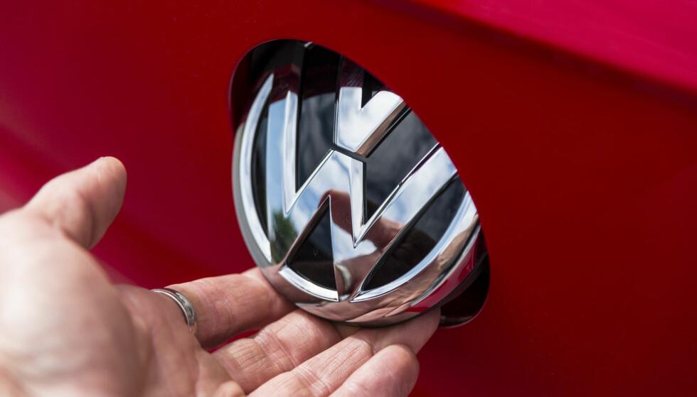 SNEDIG: Volkswagen har en av de kuleste løsningene for håndtak til bakluka. Det som gjør den ennå bedre er at logoen også skjuler ryggekameraet, slik at det alltid er rent. Det er en funksjon man faktisk mangler i mange biler i luksusklassen. Foto: Jamieson Pothecary