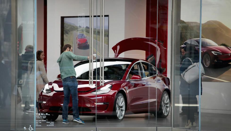 <strong>SNART KLAR FOR LEVERING:</strong> Her står en leveringsklar Tesla Model 3. Prisene for Norge er nå klare - de starter på 464.000 kroner. Foto: AFP PHOTO / GETTY IMAGES NORTH AMERICA / SCOTT OLSON