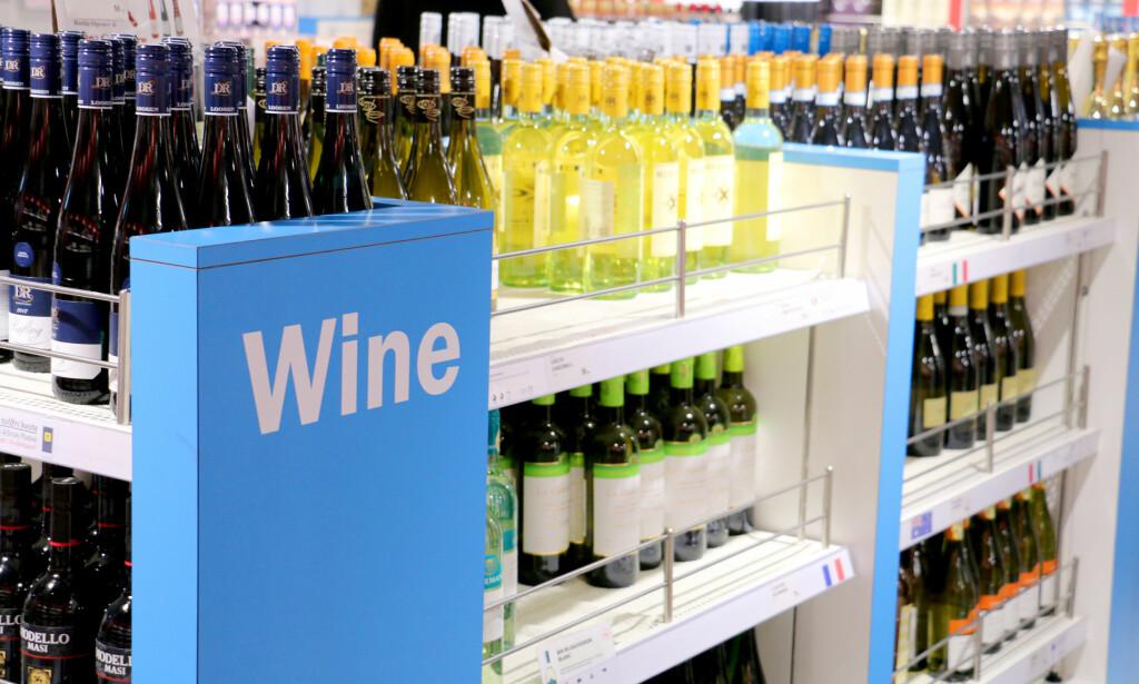 SJEKK PRISENE: Og husk at Color Line har prisgaranti på alt av taxfreevarer - også vin, sprit og øl. Foto: Kristin Sørdal
