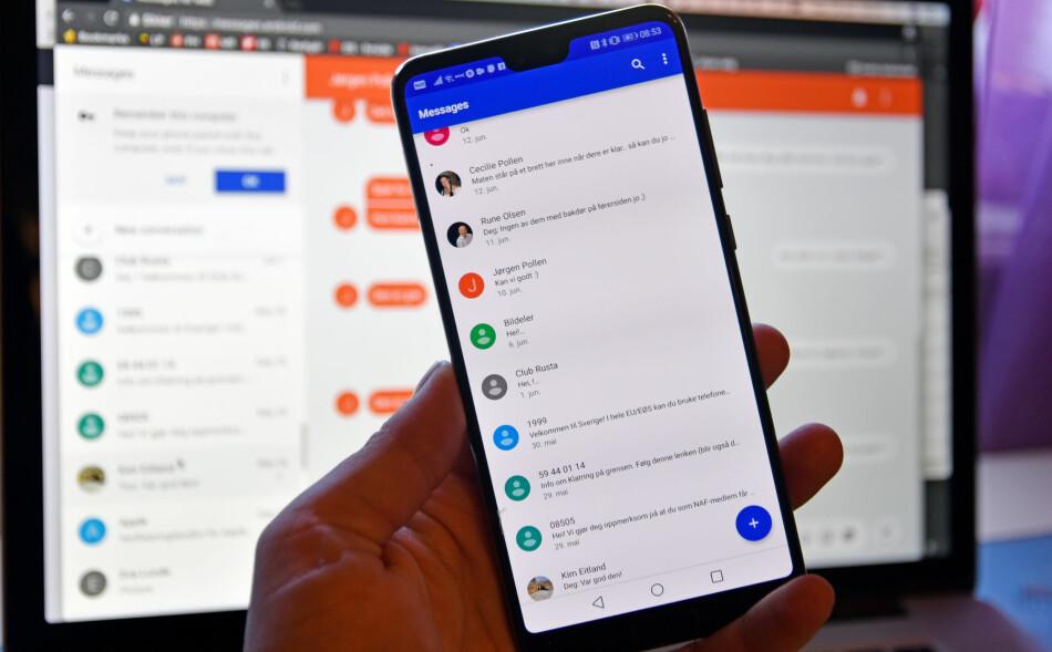 SMS I NETTLESEREN: Google ruller nå ut en ny funksjon i sin meldingsapp, Android Messages, som lar deg lese og sende SMS uten å dra frem mobiltelefonen. Foto: Pål Joakim Pollen