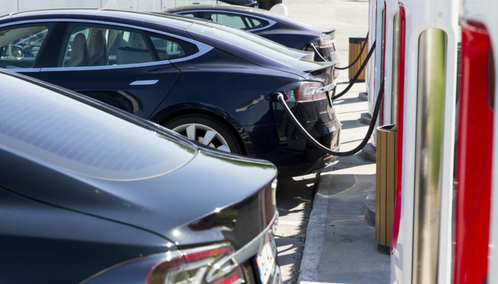 LADEANGST? Mangel på hengerfeste, rekkeviddeangst og nå også angst for ikke å få ladet bilen, på grunn av blant annet kø eller feil, er årsaker til at elbilistene ikke bruker elbilen når de egentlig vil. Foto: Tesla