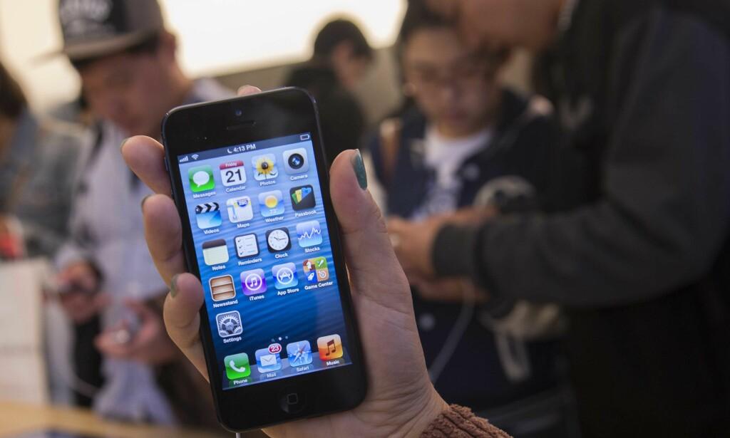 MENER DE GJØR MOBILENE TREGERE: Italiensk konkurransemyndighet har ilagt mobilkjempene Apple og Samsung bøter på 10 og 5 millioner euro for bevisst å gjøre eldre mobiltelefoner tregere. På den måten oppmuntres folk til å skrote de gamle og heller kjøpe nye telefoner, mener konkurransemyndigheten. Foto: NTB scanpix