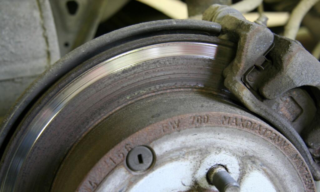RUST: Med rust i mer enn 25 prosent av sliteflaten på bremseskivene slipper ikke bilen gjennom en EU-kontroll. Foto: Rune Korsvoll
