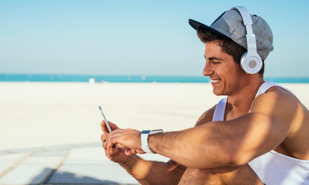 SOMMERLYKKE: Musikk på øret setter en ekstra spiss på late, varme sommerdager.Men det er stor forskjell på trådløse hodetelefoner, både når det gjelder pris, praktisk bruk og lydkvalitet. . Foto: B. Bernard/Shutterstock/NTB scanpix