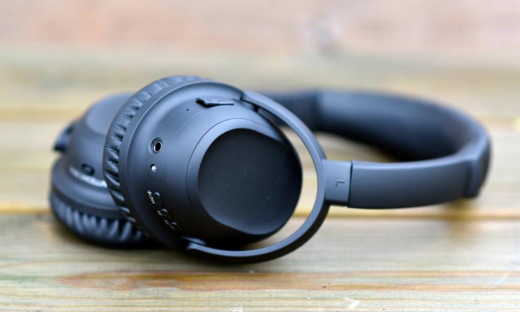 RÅBILLIG: Under 600 kroner for en trådløs hodetelefon med støyreduksjon er oppsktvekkende lite. Europris-luren er likevel et eksempel på at du får hva du betaler for. Foto: Pål Joakim Pollen
