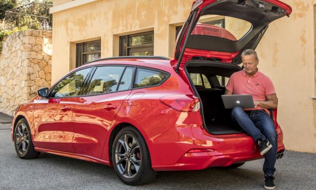 NOTERER FOR HARDE LIVET: Dinsides biltester lot seg virkelig imponere av nye Ford Focus. Foto: Ford