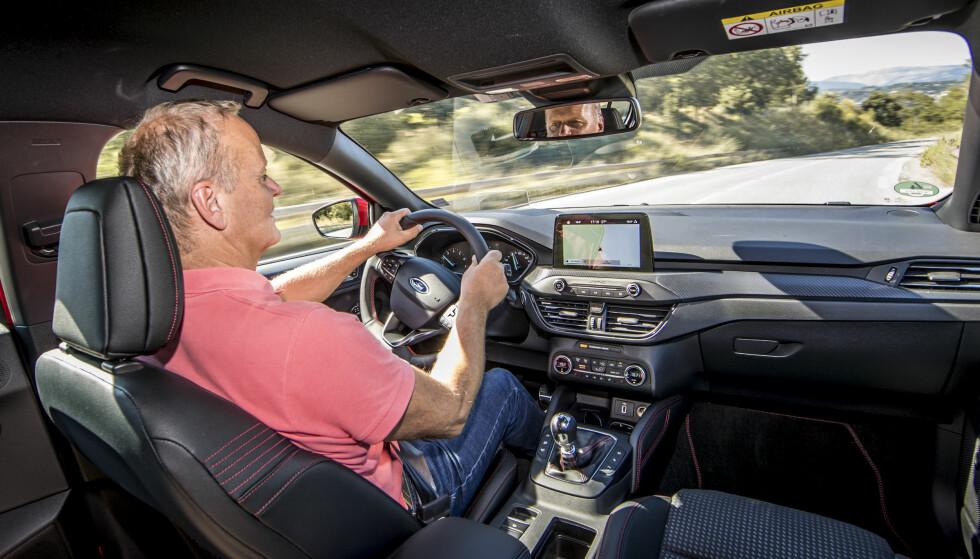 RYDDIG: Interiøret er blitt betydelig ryddigere – det skulle for så vidt ikke så mye til – og det store head-up displayet er svært tydelig og lettlest. Foto: Ford