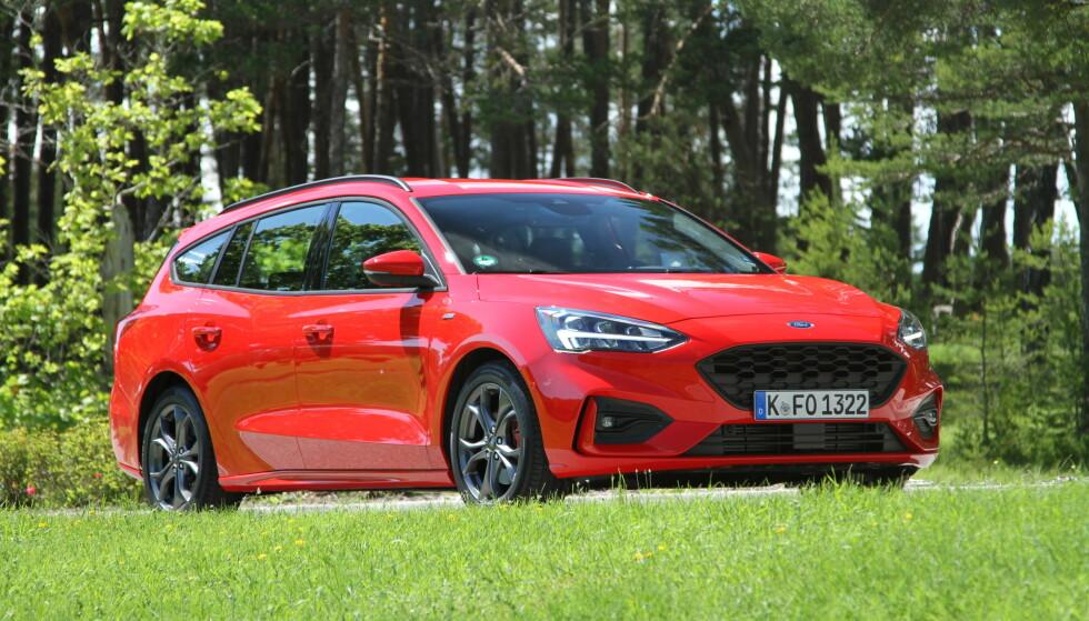 BARSKERE: Focus har fått en utseende som står i stil til de sportslige kjøreegenskapene. Hadde det ikke vært for Ford-logoen i grillen, ville det vært vanskelig å se at dette er en ny Focus. Foto: Rune Korsvoll