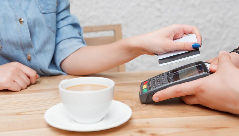 TOTALSUM: Ofte må du slå inn et totalbeløp, som inkluderer tips til servitøren, før du trykker inn pin-koden og betaler for kaffen. Hvor mye du skal gi, derimot, er det store spørsmålet, og det blir desto vanskeligere å vite hvis du ferierer i ulike land med forskjellig tipskultur. Foto: Shutterstock/NTB Scanpix.