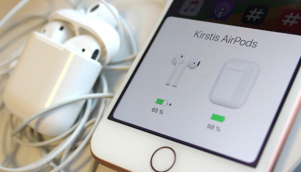 """LETT Å SETTE OPP: For å koble AirPods til iPhone, er det bare å åpne lokket på ladeetuiet og trykke på """"Koble til""""-knappen som dukker opp på en lignende dialogboks som dette. Når du har paret proppene med mobilen, vil du få batteristatus når du åpner det samme lokket. Foto: Kirsti Østvang"""