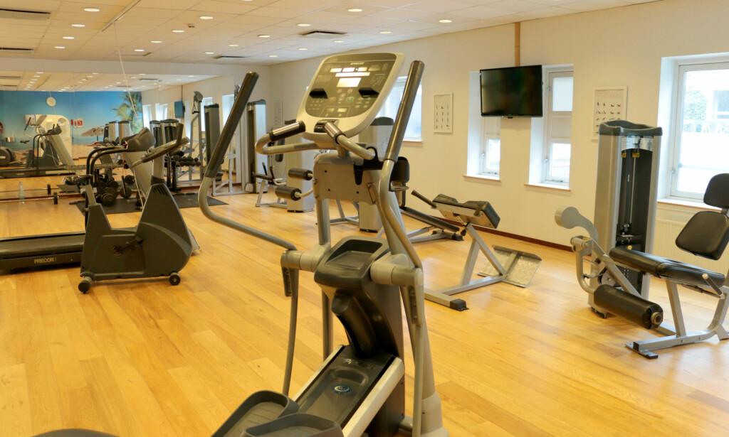 TRENINGSROM: Ganske lite treningsrom, men likevel nok til å få gjort unna en styrkeøkt. Foto: Kristin Sørdal