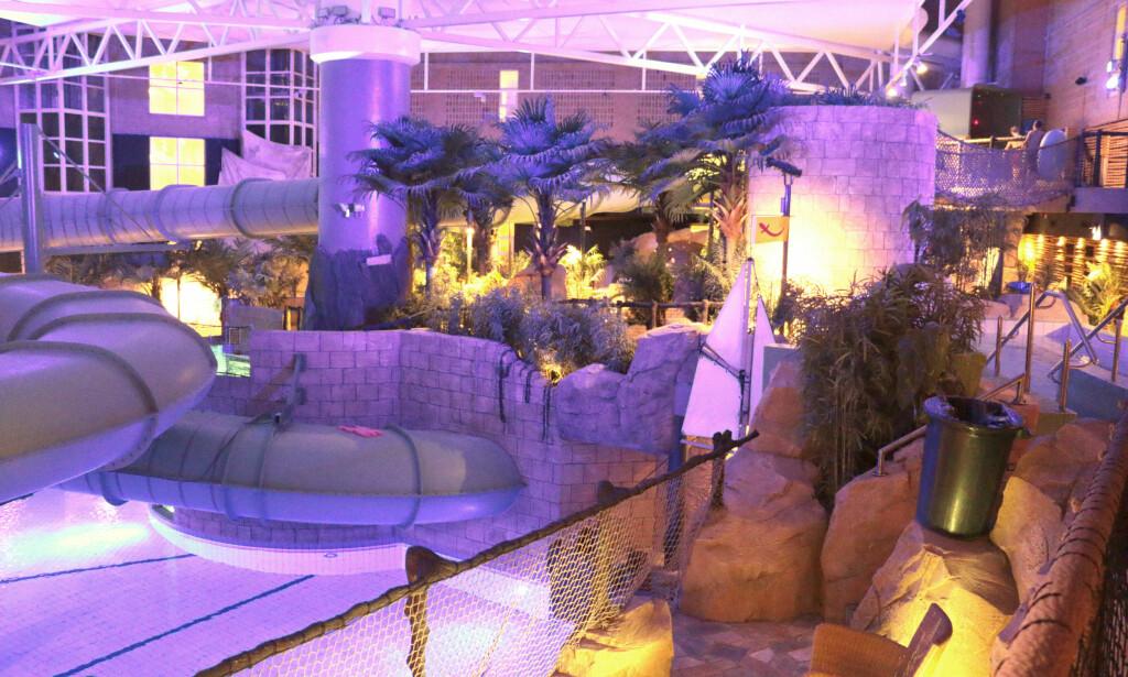 BADELAND: Badelandet ble bygget som et tilskudd til det eksisterende hotellet, og ble åpnet i 2010. Det er bygget i mange ulike nivåer, med mange små bassenger. Det er veldig mørkt, og veldig uoversiktlig - og vanskelig å skulle holde oversikt over barna. Foto: Kristin Sørdal