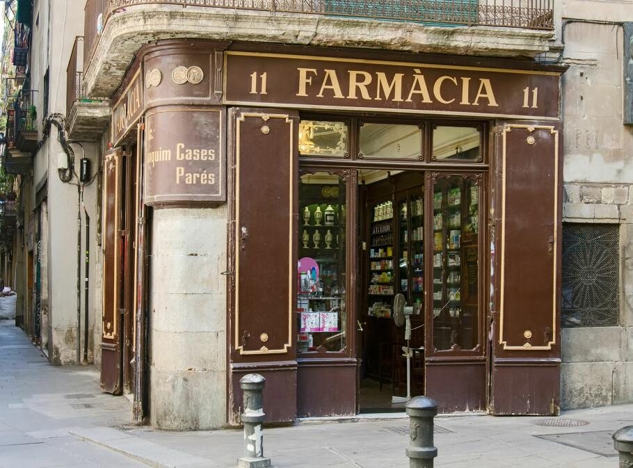 SYK I SPANIA: Du kan finne medisinene du trenger på apotek i utlandet hvis du er uheldig og blir syk på ferie. Det kan, imidlertid, være greit å vite hvordan du skal finne de rette medikamentene, for eksempel hvis du er i Barcelona i Spania. Foto: Shutterstock/NTB Scanpix.