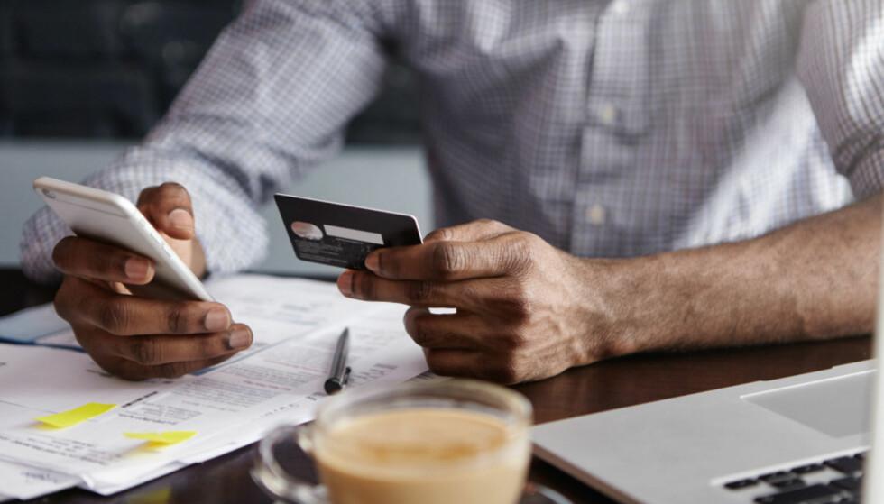 EKSTRA SIKKERHET: Bekreftelse via mobilkode har gjort det vanskeligere å bruke bankopplysninger til svindel. Foto: Shutterstock/NTB Scanpix