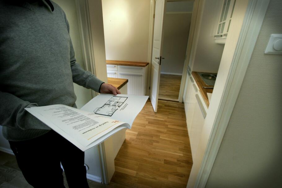 DOKUMENTSJEKK: Det er viktig at boligselgeren samler all relevant dokumentasjon om boligen i salgsoppgaven, og at boligkjøperen leser dette nøye. Dersom det ikke ligger ved tilstandsrapport, bør kjøperen være ekstra på vakt og eventuelt by med forbehold. Foto: Jarl Erichsen/NTB Scanpix.