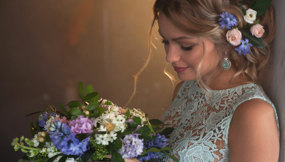 BRUKTKUPP: Du kan finne fine kjoler på Ebay eller i bruktbutikker som egner seg til bryllupet, men husk fraktkostnader og utgifter til å sy inn antrekket, understreker forbrukerøkonom Reitan. Blomstene kan du gjerne plukke ute hvis du gifter deg i sommerhalvåret. Foto: Shutterstock/NTB Scanpix.