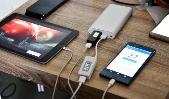 Med et USB-multimeter i ladeporten, kan vi lese av hvor mye strøm som passerer. Foto: Pål Joakim Pollen