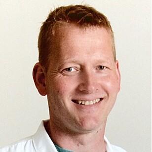 KRITISK: Øre-nese-hals-spesialist Thomas Risanger forteller pasientene sine om øresprayen, men mener det er liten vits i å kjøpe olivenolje på apoteket. Foto: Lommelegen