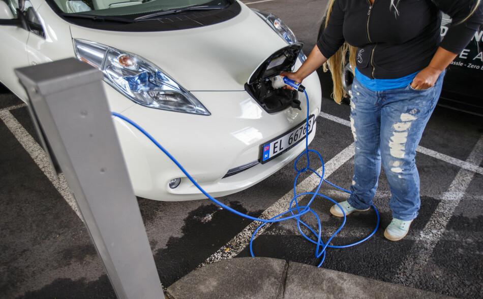 GRØNN NOK?: Flere banker tilbyr egne billån dersom du kjøper miljøvennlig bil, men det er forskjellig fra bank til bank hva de krever av bilene. Noen krever helt utslippsfri bil, som en elbil, mens andre har en grense for maksutslipp av CO₂. Foto: Heiko Junge/NTB scanpix.