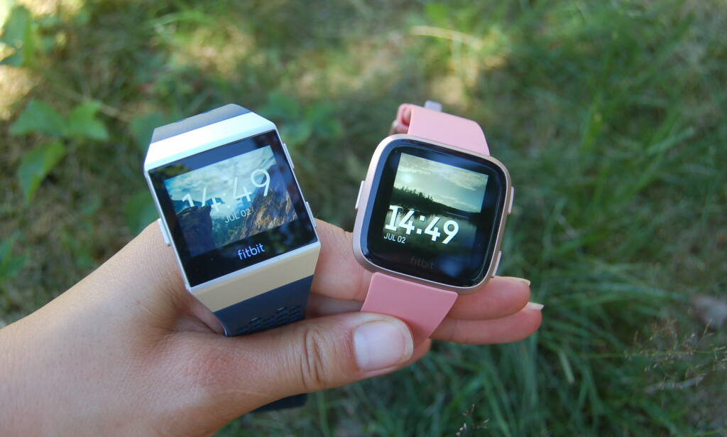 SMARTKLOKKER: Både Versa og Ionic fra produsenten Fitbit fungerer som smartklokker, men bare en av de kan kalles treningsklokke, mener vi. Foto: Christina Honningsvåg.