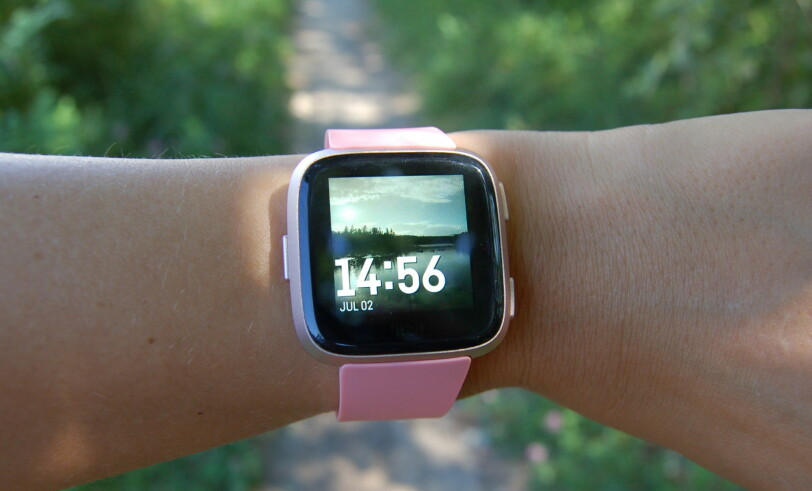 VERSA: Vi liker designet på Versa veldig godt. Klokken er ikke identisk med Apple Watch, men det er ikke langt unna. Foto: Christina Honningsvåg.