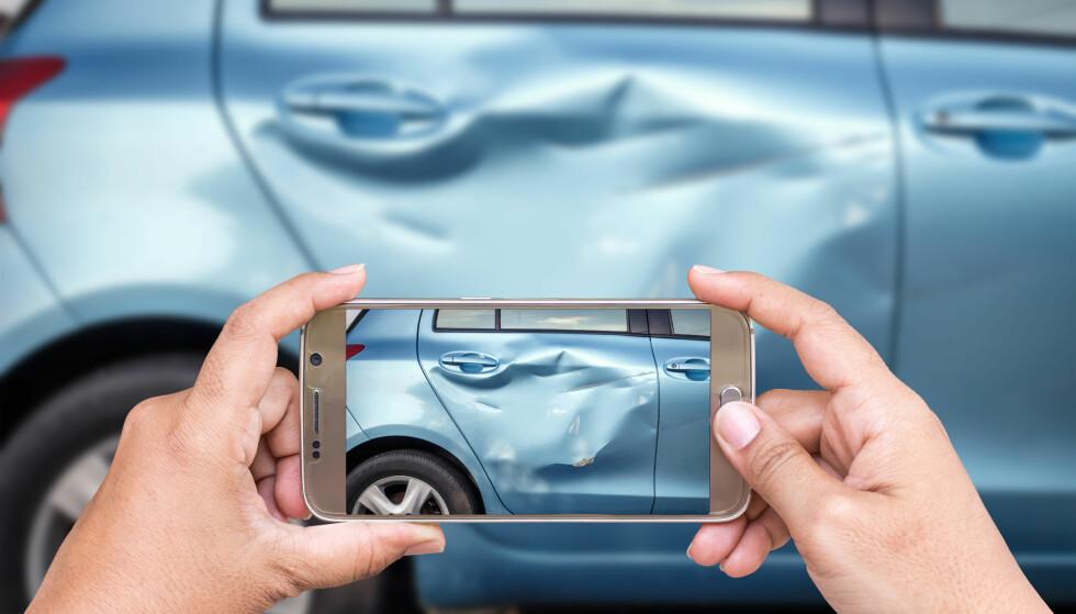 - TA BILDER: Fram med mobilen og ta så bilder, om du kommer ut for et trafikkuhell. Det er viktig for å dokumentere skader, og det kan hjelpe deg i en eventuell skadesak i ettertid. Foto: Shutterstock/NTB scanpix