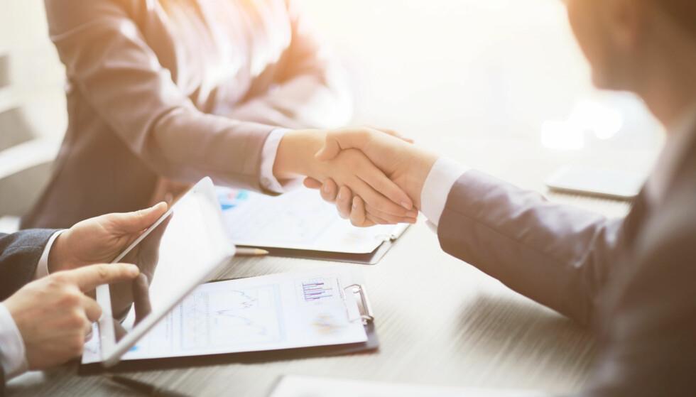 AVTALE: Når Nordea og Gjensidige, samt forsikringsvirksomhetene i DNB og Sparebank 1 velger å slå seg sammen, er det for å vokse på markedet og tilby kundene bedre tjenester og vilkår. Forbrukerrådet sier at sammenslåingene har lite å si på kort sikt, men mener dette er gode muligheter for forbrukerne til å gå gjennom avtalene sine og sjekke om de er fornøyde. Foto: Shutterstock/NTB Scanpix.