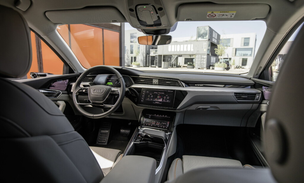 FRA INNSIDEN: Audi har endelig offentliggjort bilder av interiøret til elbilen e-tron. Legg merke til «speilet» på utsiden av førersiden. Foto: Audi