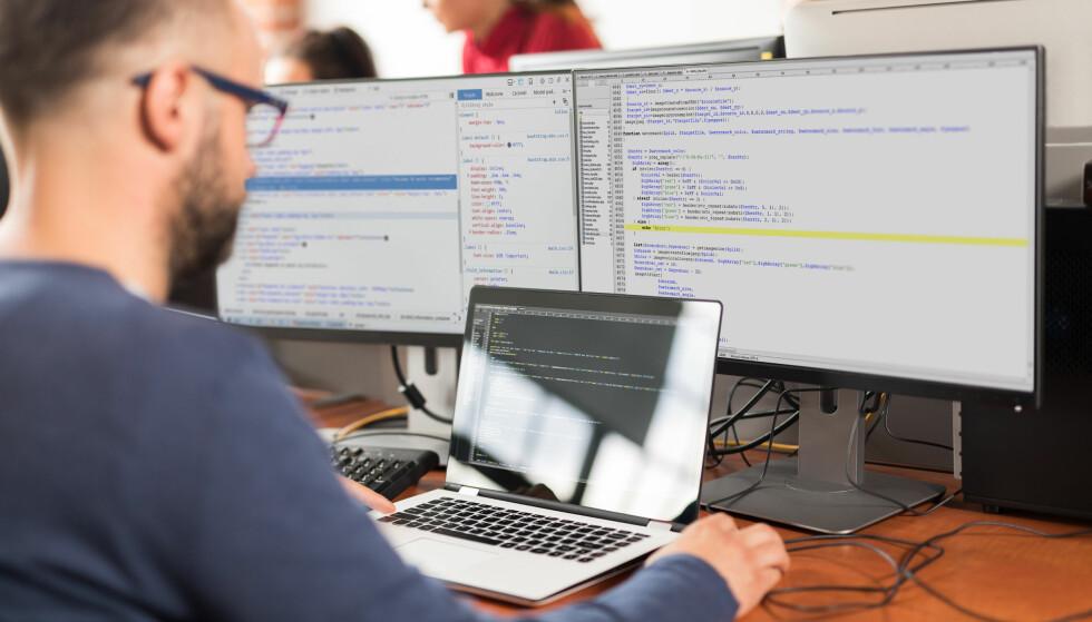 LESER E-POST: Ikke bare maskiner, men også mennesker, kan lese e-posten din om du har gitt tilgang tidligere. Foto: Shutterstock / NTB Scanpix