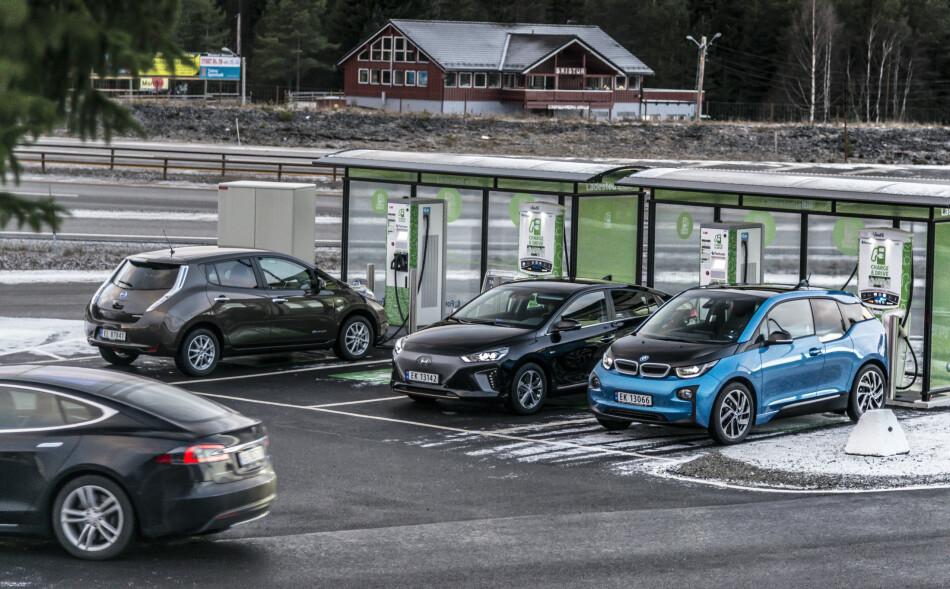 DOMINERER BILSALGET I JUNI: Elbiler som Tesla Model S, Nissan Leaf (nyere versjon enn på bildet), Hyundai Ioniq Electric og BMW i3 tar stadig mer av nybilmarkedet i Norge. Foto: Jamieson Pothecary