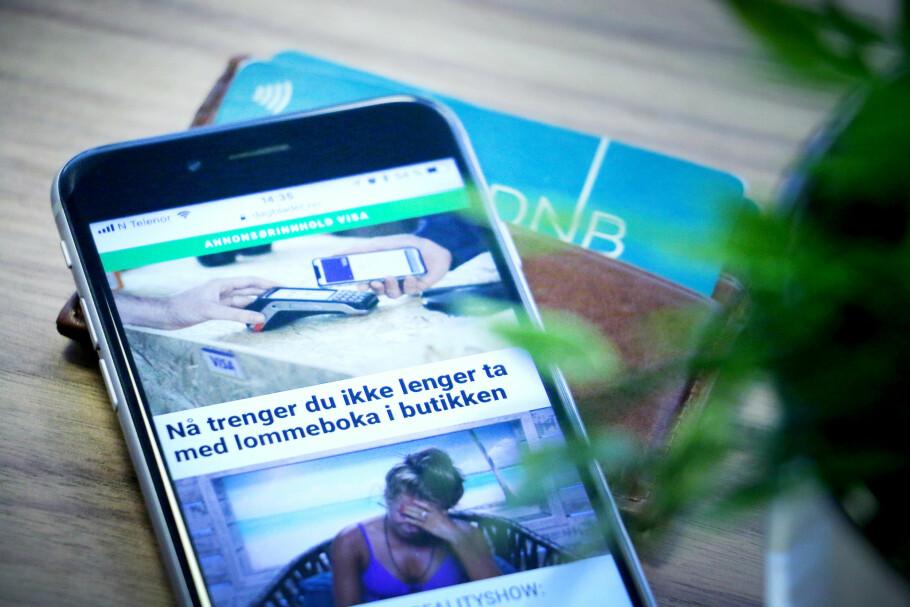 JODA: Med lanseringen av Apple Pay kan du se reklamer som dette, hvor du får beskjed om at du kan la lommeboka ligge igjen hjemme. Men det kan du selvfølgelig ikke. Blant annet fordi mobilbetaling fortsatt er et rot av krav og begrensninger. Foto: Ole Petter Baugerød Stokke