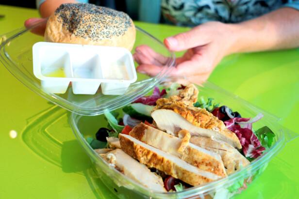 WOW! Salat med kylling og brød - eller kylling med salat og brød: Her får du MYE kylling, og frisk salat. Brød og dressing forsyner du deg med etter eget valg. Alt smaker godt, og som du forventer når du ser maten. Foto: Berit B. Njarga