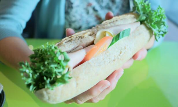 FERSK: Bagetten koster bare 59 kroner, og både brød og pålegg er ferskt og smaker godt - så her blir du ikke skuffet. Vi savner kanskje litt smør på bagetten - og kanskje litt mer grønt. Foto: Berit B. Njarga