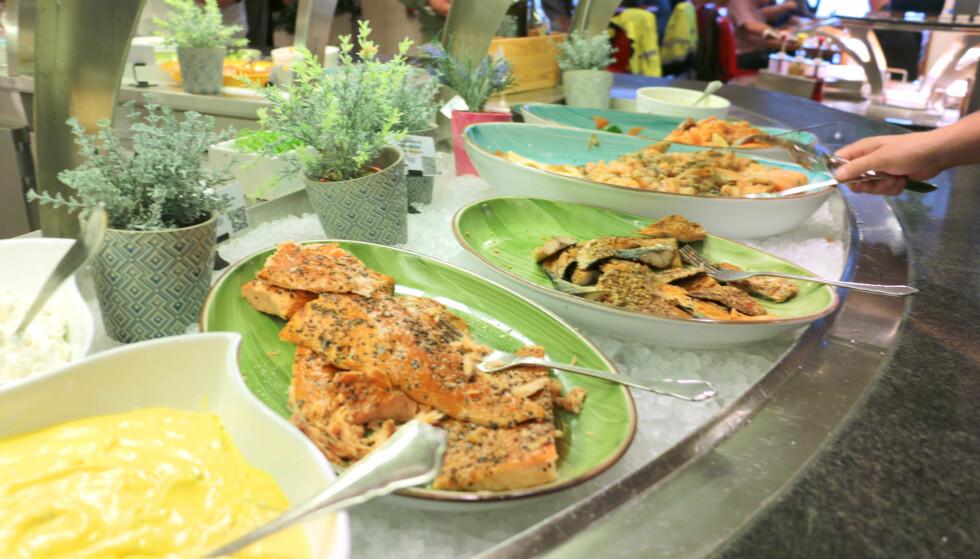 MYE Å VELGE I: Det var åpenbart populært å spise buffé da vi reiste, så her var det travelt rundt matdiskene. Det var tydelig at mange likte det rike utvalget. Foto: Berit B. Njarga
