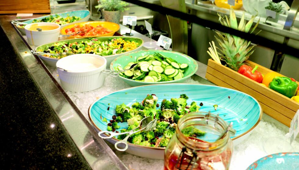 SALATER: Har kan du blande det du liker. Det skorter ikke på utvalget i salatbaren heller. Foto: Berit B. Njarga